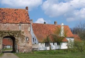 Het poortgebouw van de Huysmanhoeve is het oudste gebouw van Eeklo